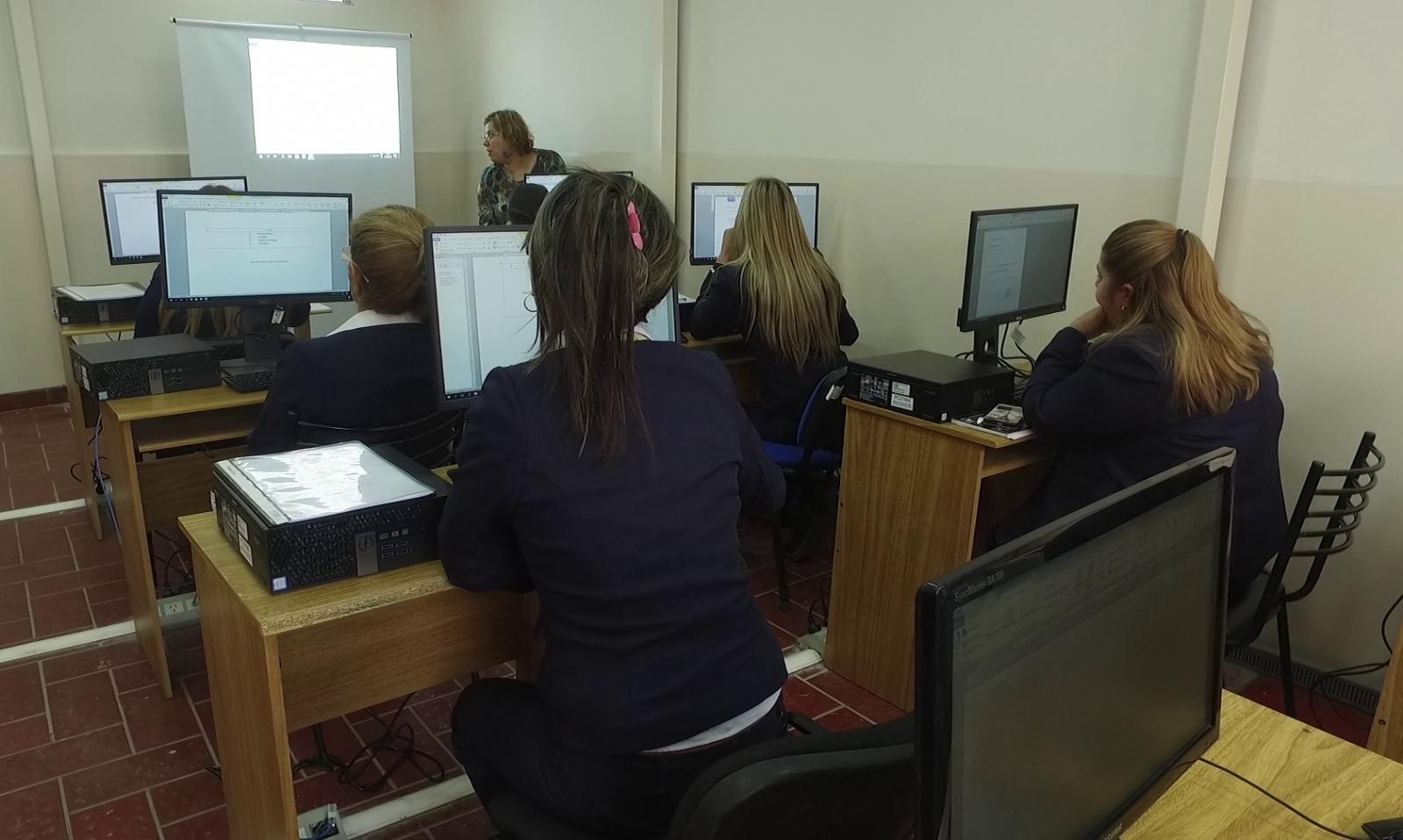 Suman capacitaci n y equipamiento en las oficinas de empleo de santa luc a canal 13 san juan tv - Oficinas santa lucia madrid ...