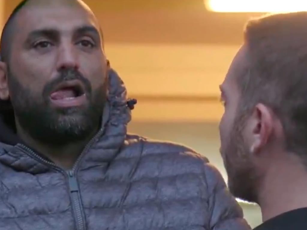 Mafioso golpea brutalmente a un periodista italiano durante un reportaje