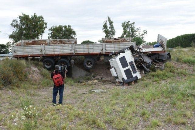 Murió un camionero tras volcar en Luján