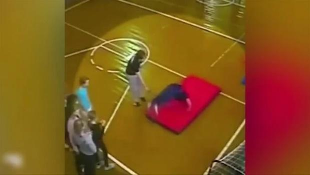 Niño se fractura la espalda en clase de gimnasia — Video
