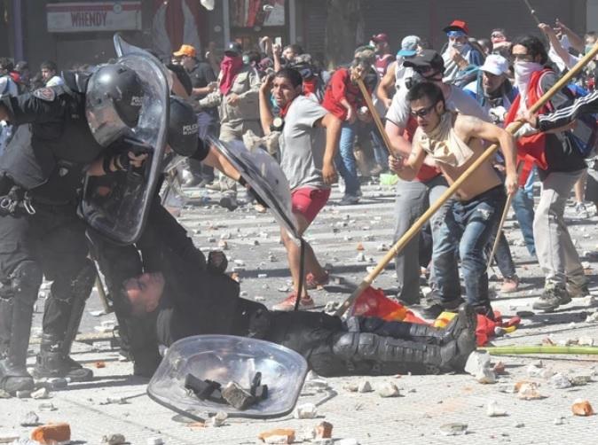 Pidieron la detención de un policía y dos manifestantes