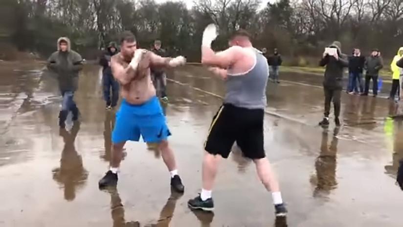 Pelea clandestina entre dos luchadores se volvió viral