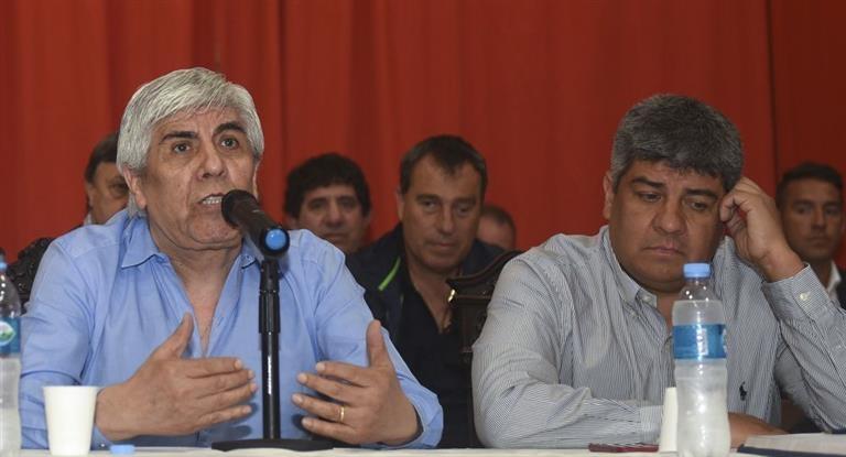 Denunciaron por lavado y evasión a Moyano, camioneros y la empresa Oca