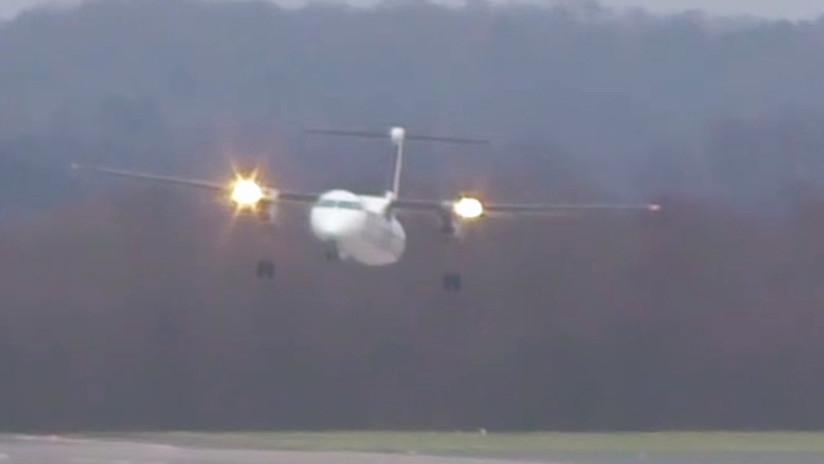 Avión sufre efectos de los fuertes vientos — Aterrizaje de miedo