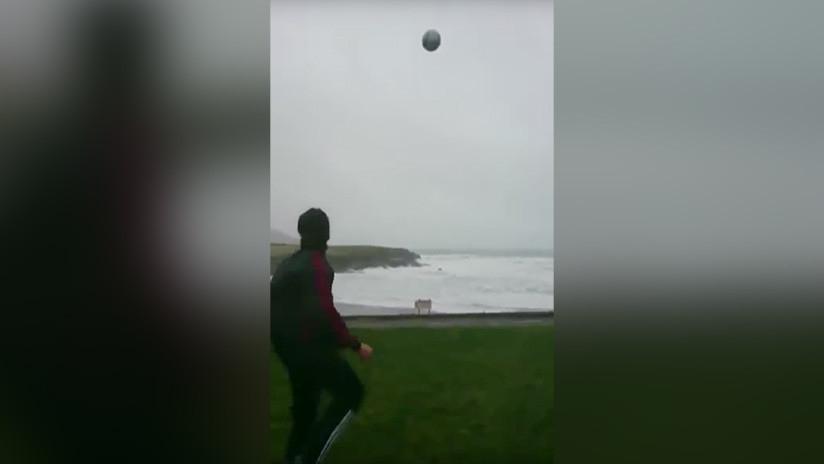 ¡Osado! El momento en el que un futbolista desafía al huracán Eleanor
