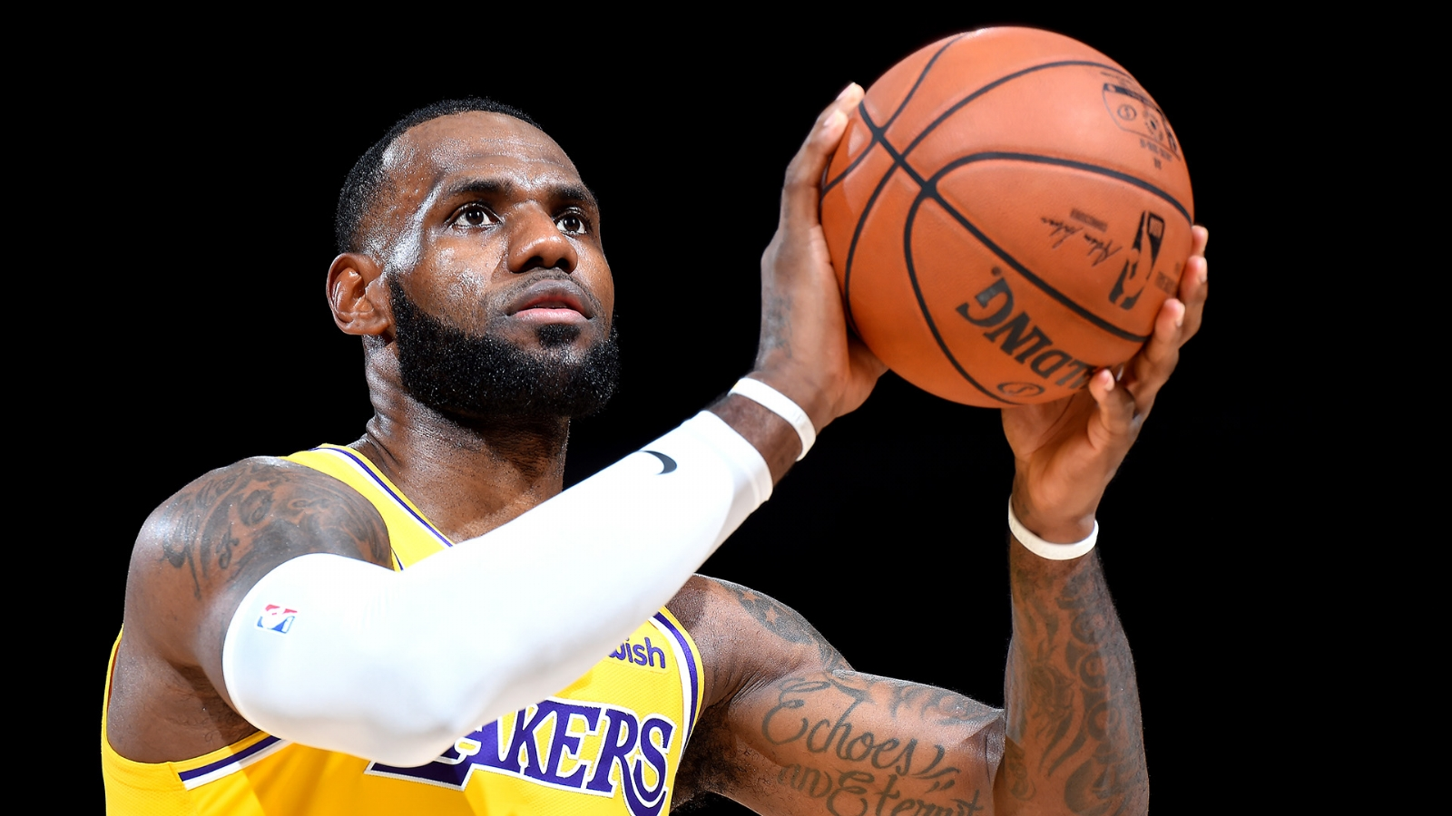 LeBron James debuta en casa de los Lakers con mágica volcada — YouTube