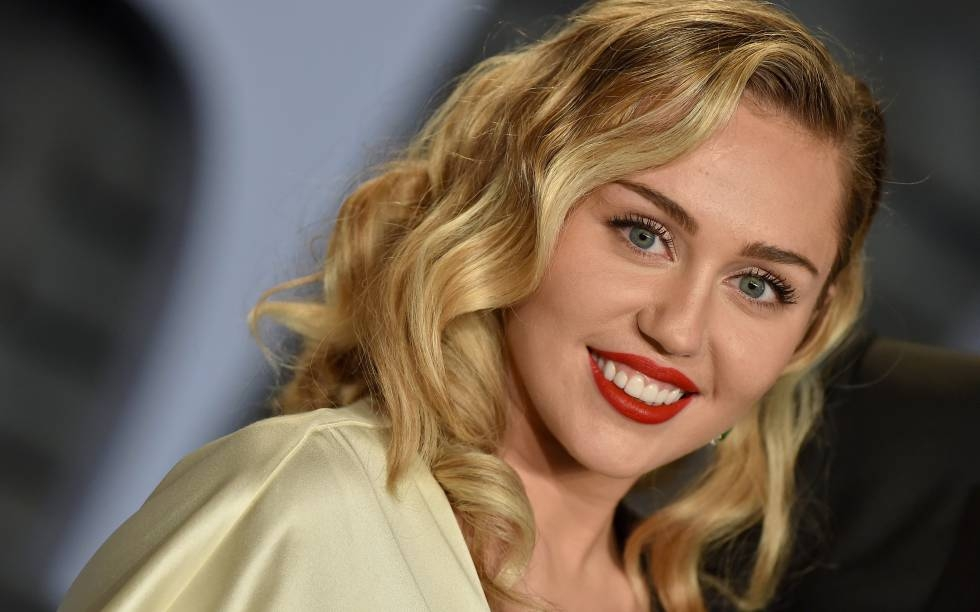 Miley Cyrus ofrece una versión feminista del tema navideño — YouTube