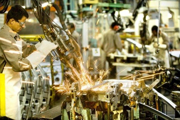 Por séptimo mes se contrajo la economía: cayó 4% en octubre