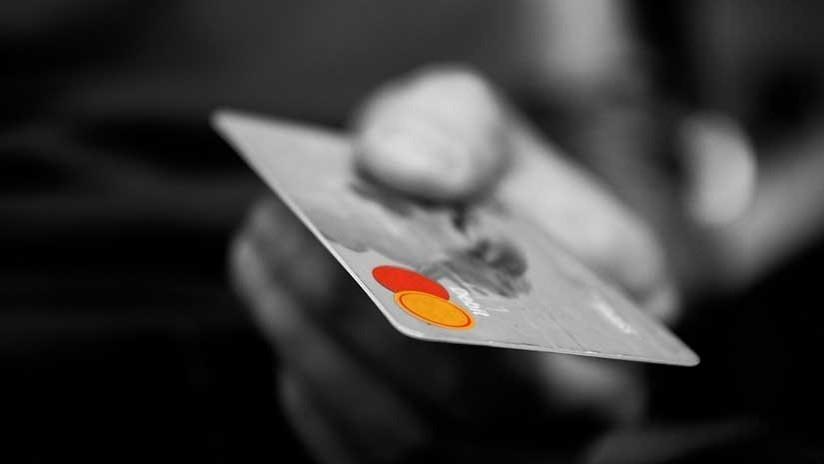Gastó todo el crédito de una tarjeta que encontró tirada