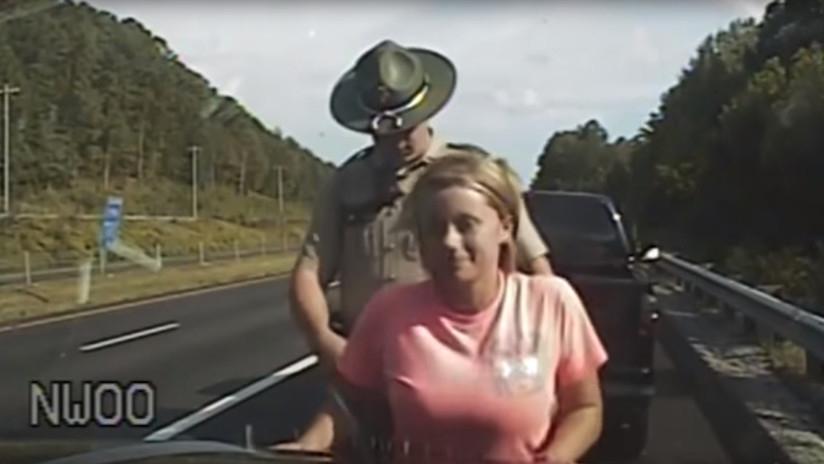 Policía toca indebidamente a mujer detenida en Tennessee