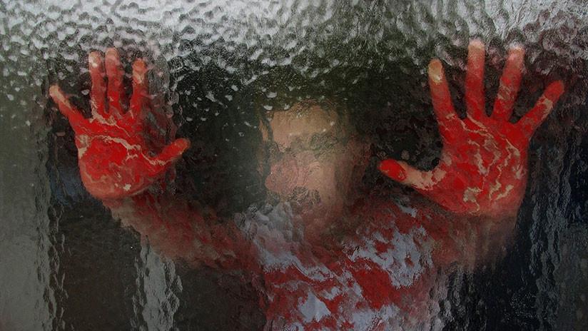 Hombres abusan brutalmente de mujer en plena calle