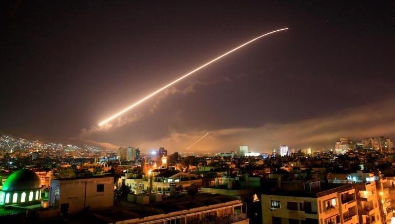 Presidente Trump canta victoria después de ataques aéreos contra Siria