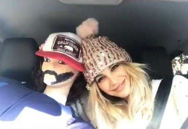 Viaja en su auto con un muñeco para evitar que la asalten