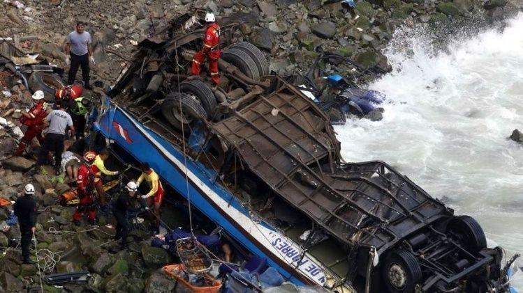 23 personas muertas al caer un ómnibus en Perú