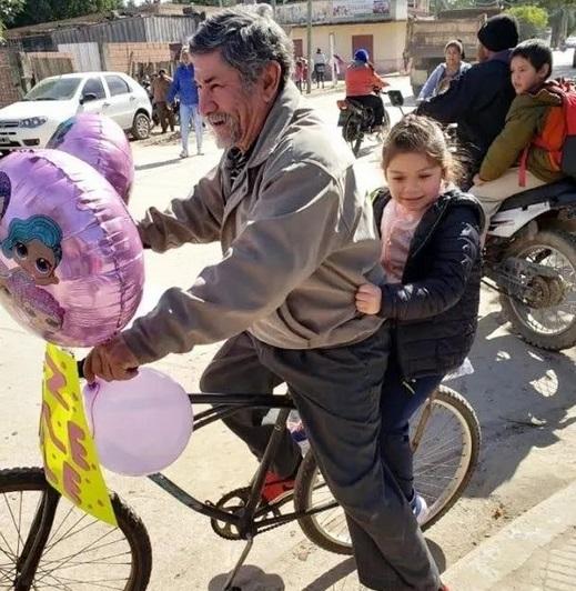Viral: Un abuelo decoró su bicicleta para buscar a su nieta al colegio el día de su cumpleaños