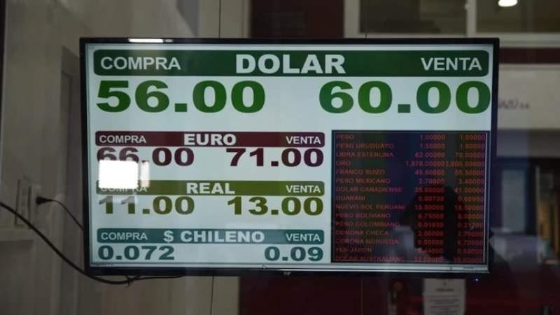El dólar se vende a más de 60 pesos en algunos bancos
