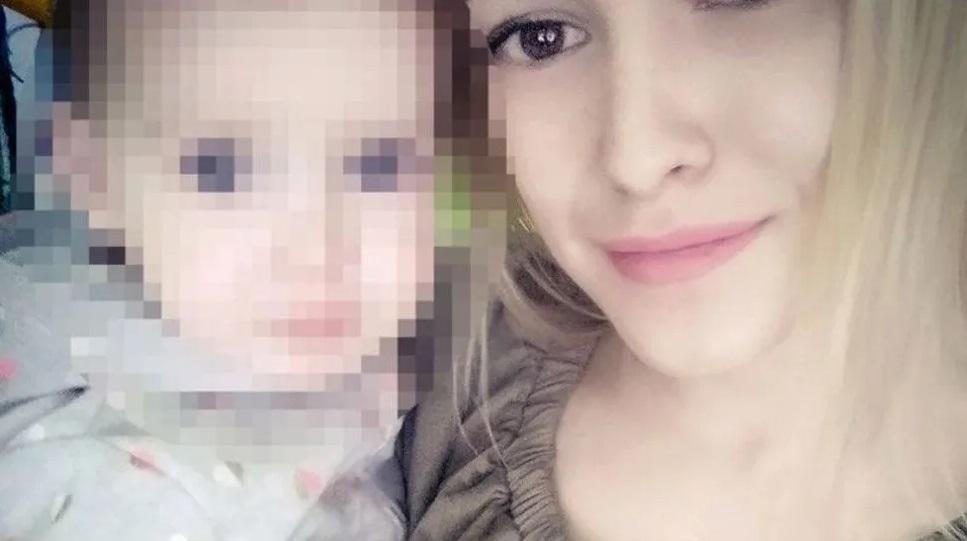 Niña de 2 años asfixia a su mamá en FATAL accidente