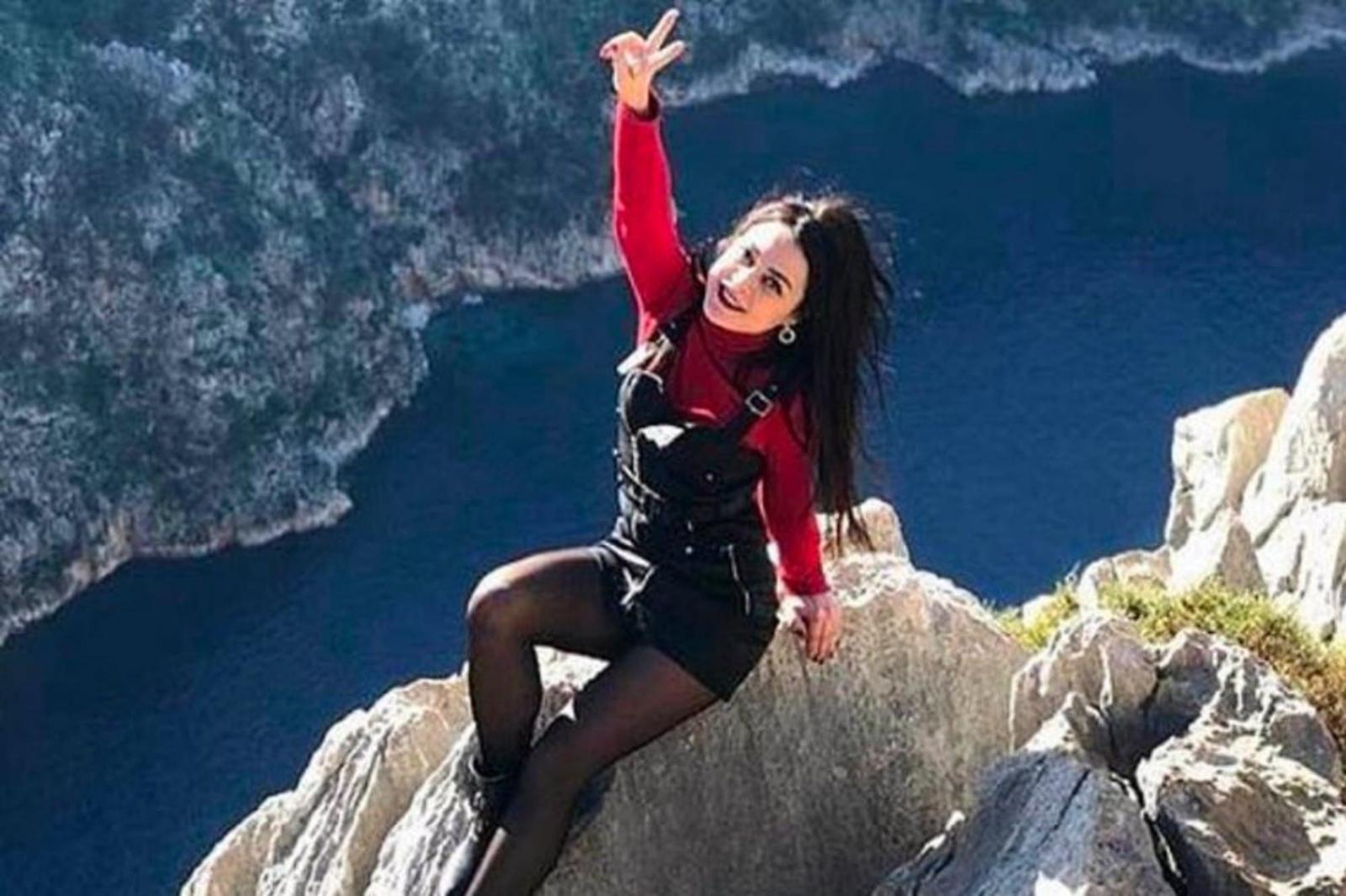 Mujer cae de un acantilado donde posaba para una foto