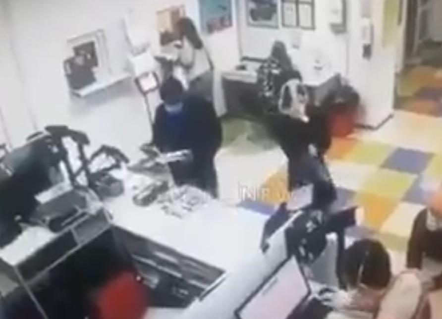 Una mujer se quita en público las bragas para utilizarlas como mascarilla