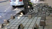 Para reparar la vereda, el municipio pone los materiales