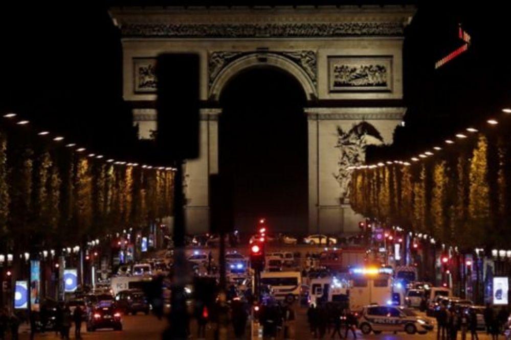 Dos policías asesinados en un tiroteo en los Campos Elíseos de París