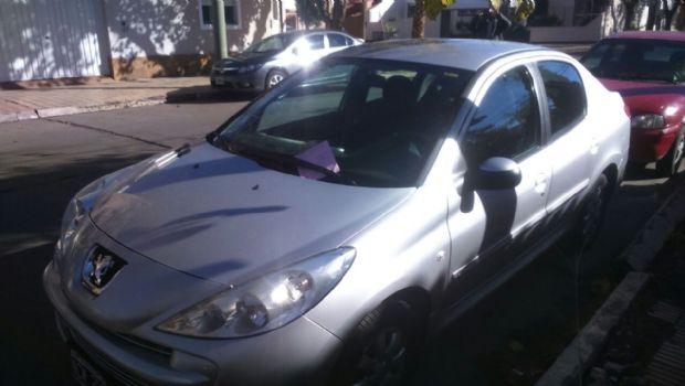 Insólito: Multaron a toda una cuadra a pesar de que un cartel permite estacionar