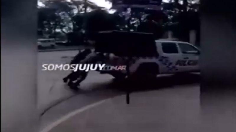 Increíble: otro preso esposado ayuda a empujar el patrullero