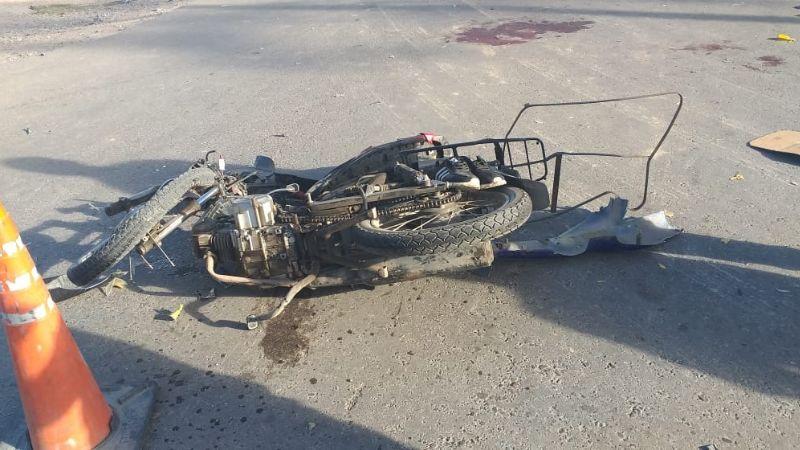 Grave accidente: dos niños manejaban una moto y chocaron con un auto