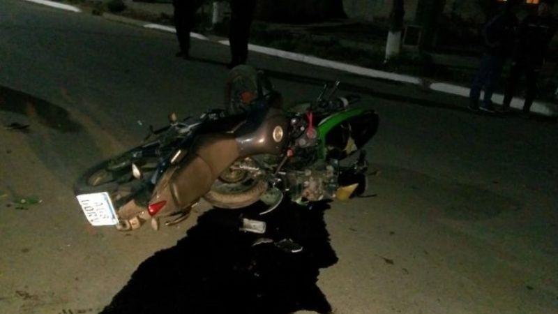 Dos motociclistas heridos tras un impactante choque