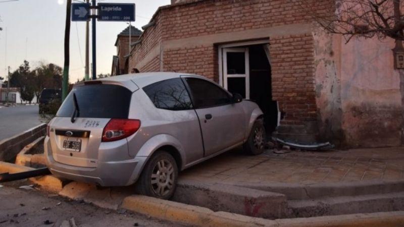 Impresionante choque: un auto terminó incrustado en una casa
