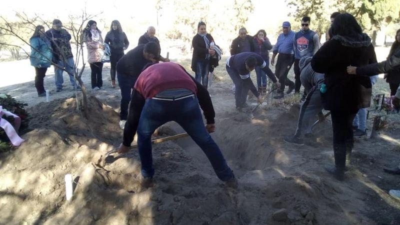 Terrible momento: cinco hermanos tuvieron que cavar la tumba de su madre en el cementerio de Ullúm