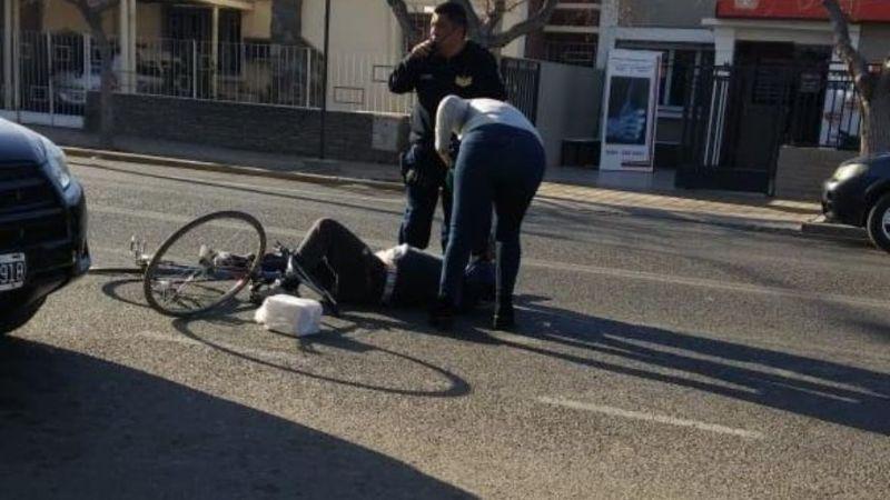Ciclista terminó en el asfalto por una conductora distraída